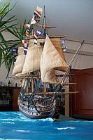 Макет корабля в водной поверхности
