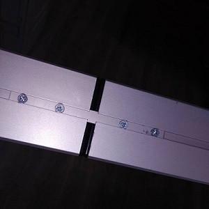 Фотография конектора, соединяющего 2 подвесных потолочных линейных светодиодных ЛЕД LED светильника