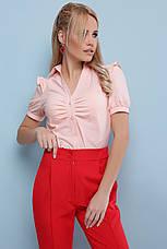 Легкая женская однотонная блузка с короткими рукавами и драпировкой Маргарита к/р персиковая, фото 3