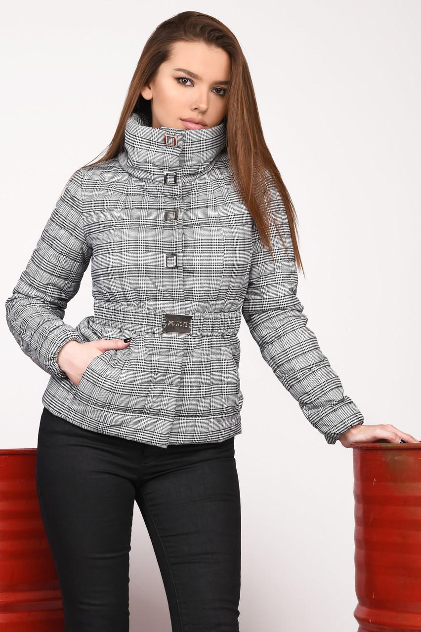 Короткая женская куртка весна-осень в клетку на синтепоне