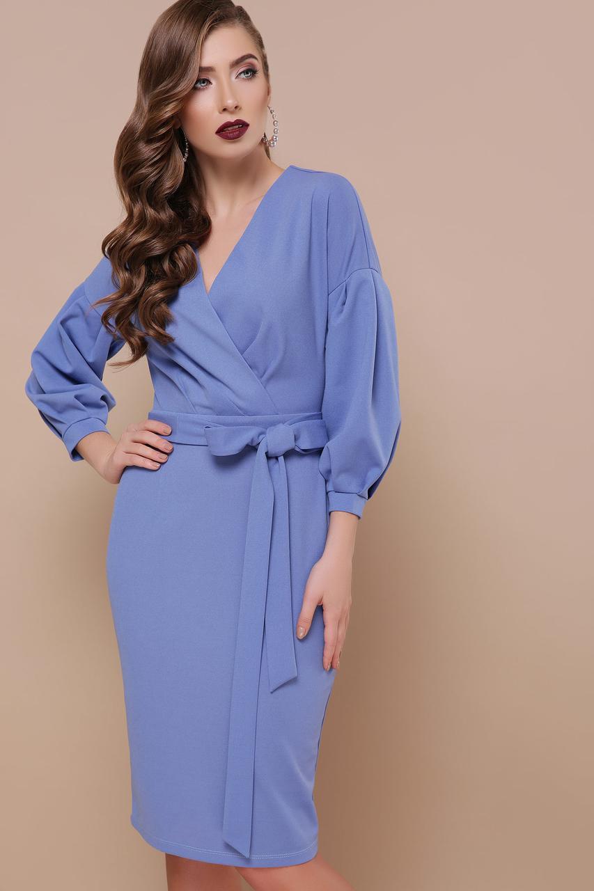 Красивое платье футляр с запахом и поясом светло-синее
