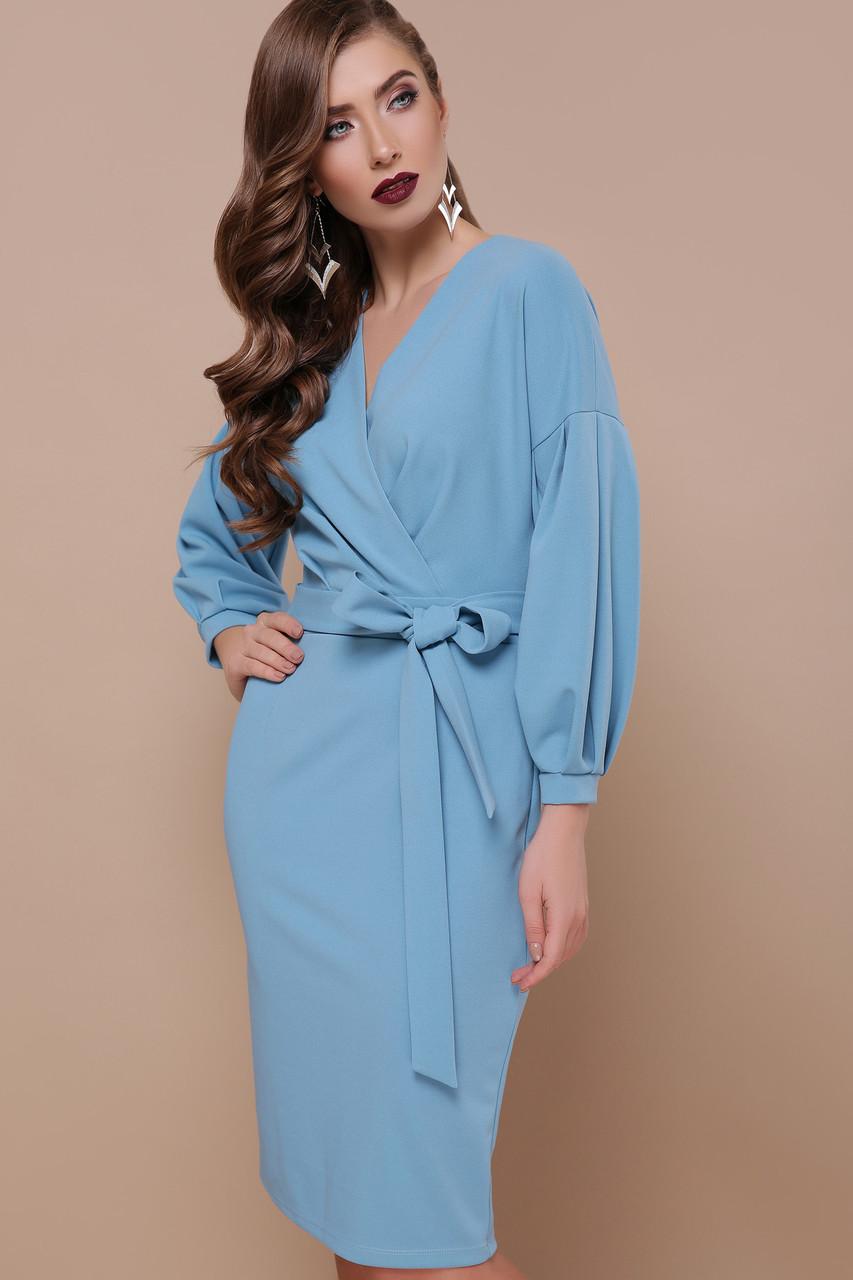 Женское платье футляр с запахом и поясом голубое