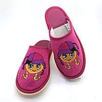 90ebb9fc3 Детские тапочки шлепанцы ‣ обувь для дома ‣ Девочка с косичками на  малиновом фоне ‣ размеры