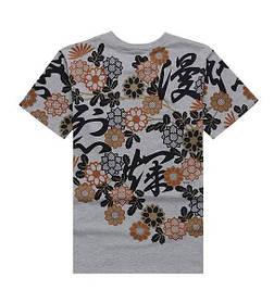 Серая арт футболка с иероглифами и цветами