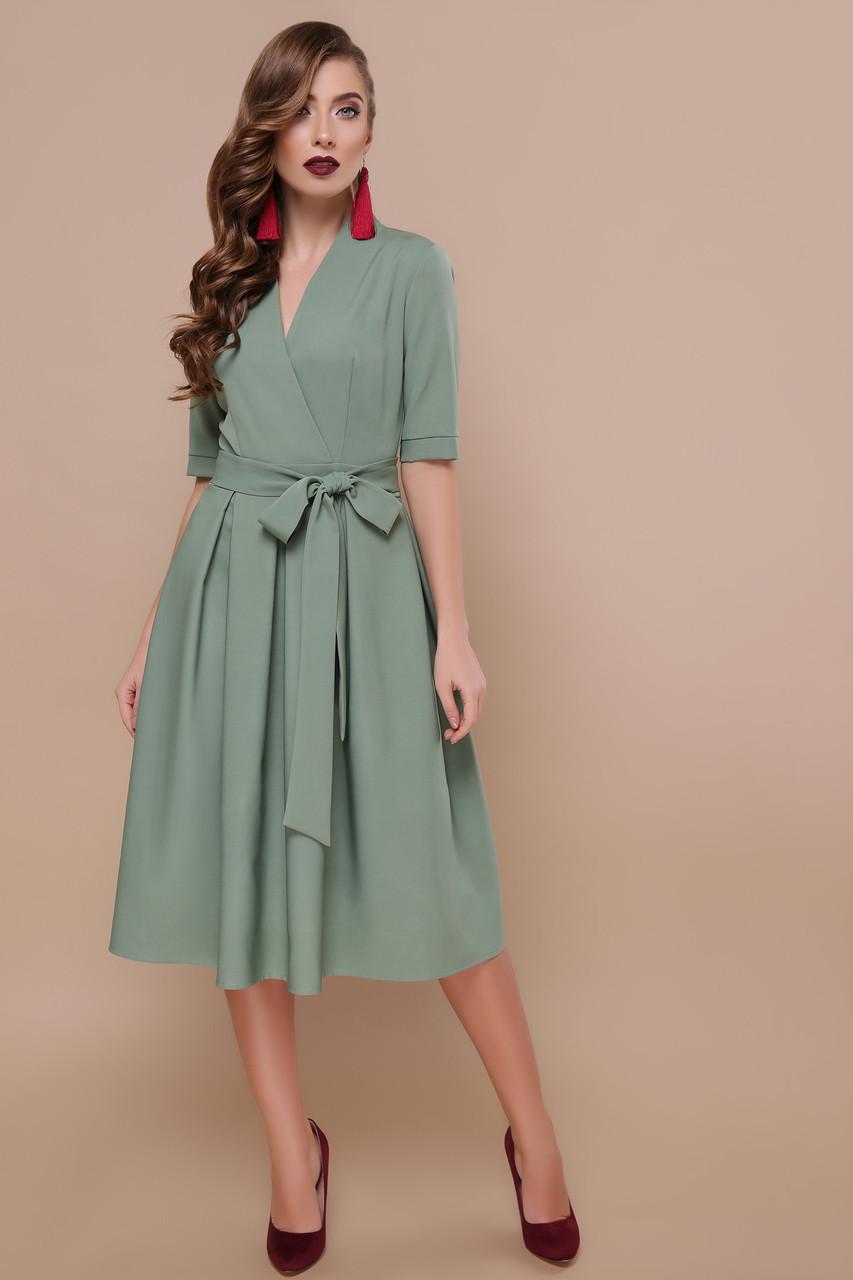 Нарядное платье с расклешенным низом и поясом фисташковое