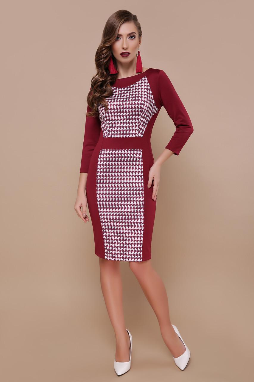 Красивое трикотажное платье футляр с принтом бордовое