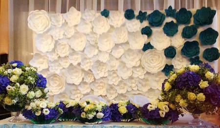 Арки и стенды с помпонов и цветов