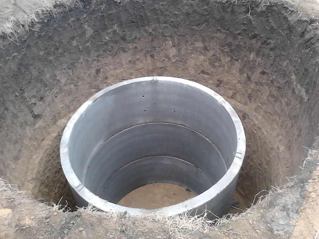 Копка выгребной ямы и траншеи.