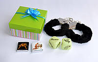 Наручники с кубиками камасутра в подарочной коробочке