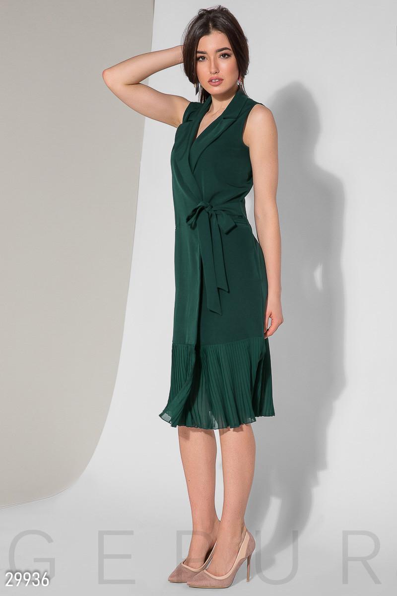 Стильное платье миди на запах полуоблегающее без рукав низ плиссировка изумрудного цвета