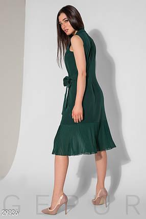 Стильное платье миди на запах полуоблегающее без рукав низ плиссировка изумрудного цвета, фото 2