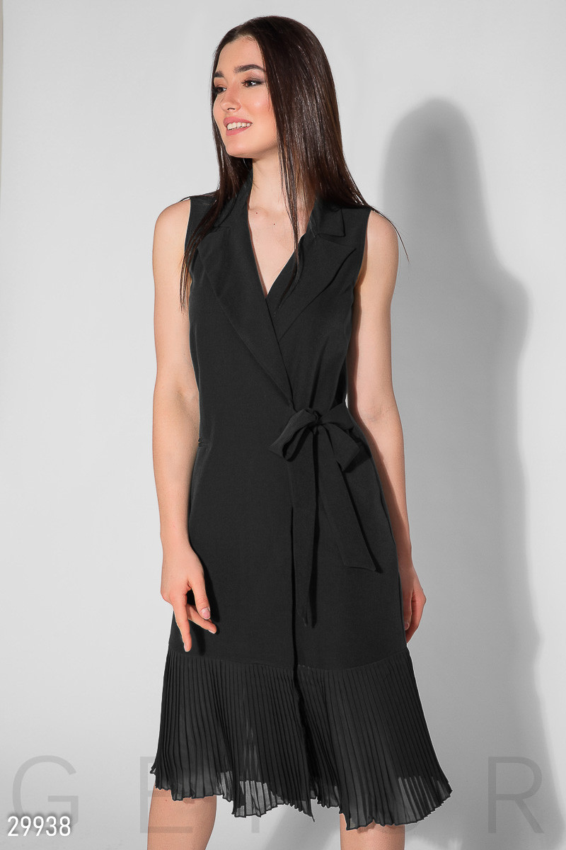 Красивое платье средней длины на запахивается полуоблегающее без рукав низ плиссировка черное