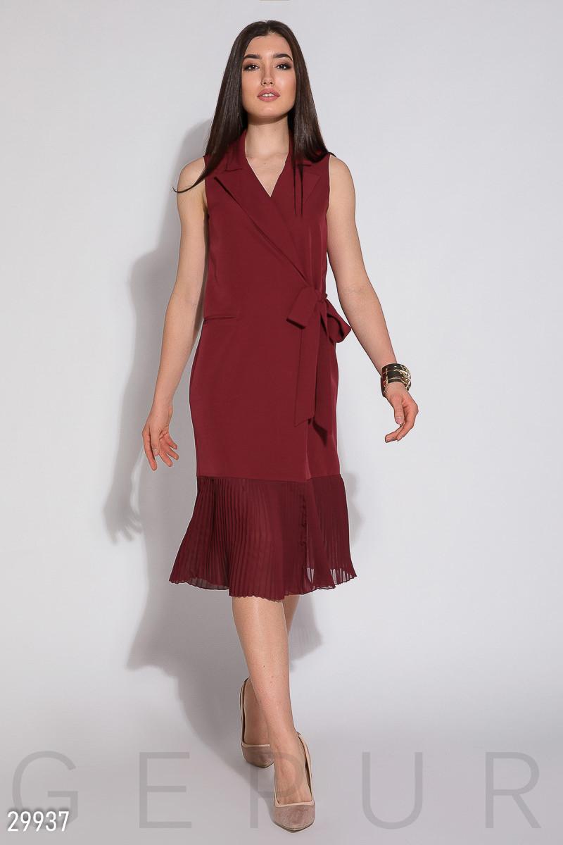 Модное платье средней длины запахивается полуоблегающее без рукав низ плиссированный красное