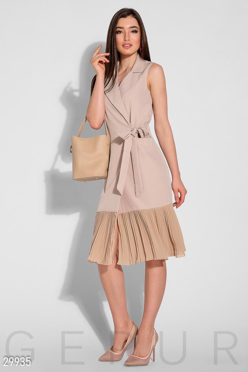 Деловое платье до колен запахивается полуоблегающее без рукав низ плиссированный бежевое