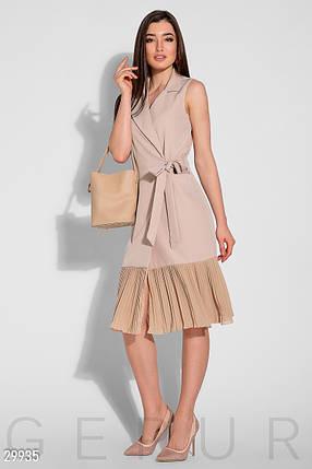 Деловое платье до колен запахивается полуоблегающее без рукав низ плиссированный бежевое, фото 2