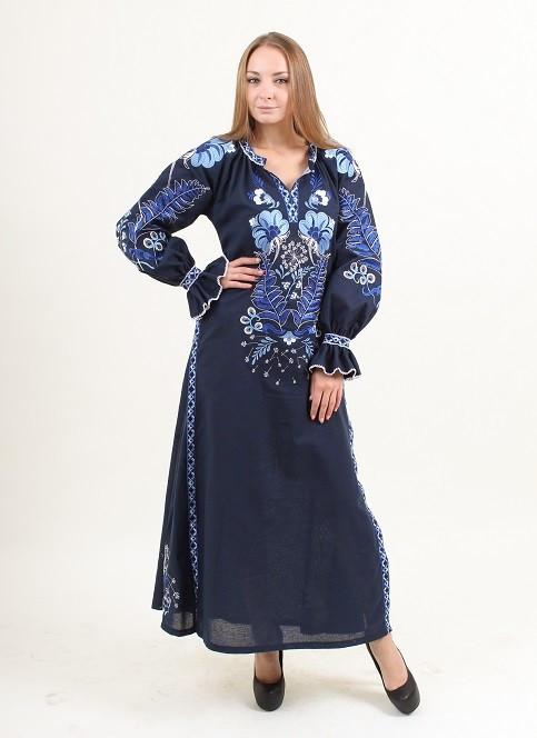 Длинное вышитое платье синего цвета