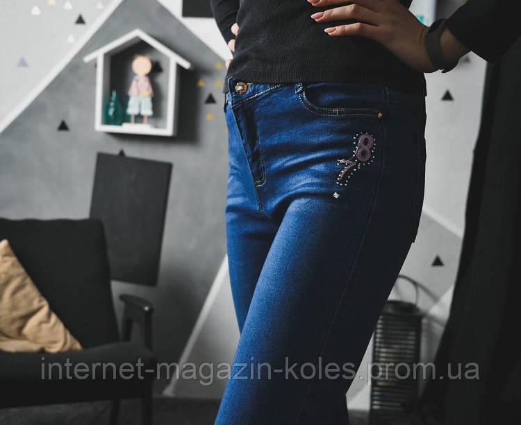 Женские джинсы с цифрами на кармане