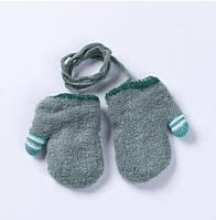 Варежки детские для новорожденных на верёвочке с ярким пальчиком