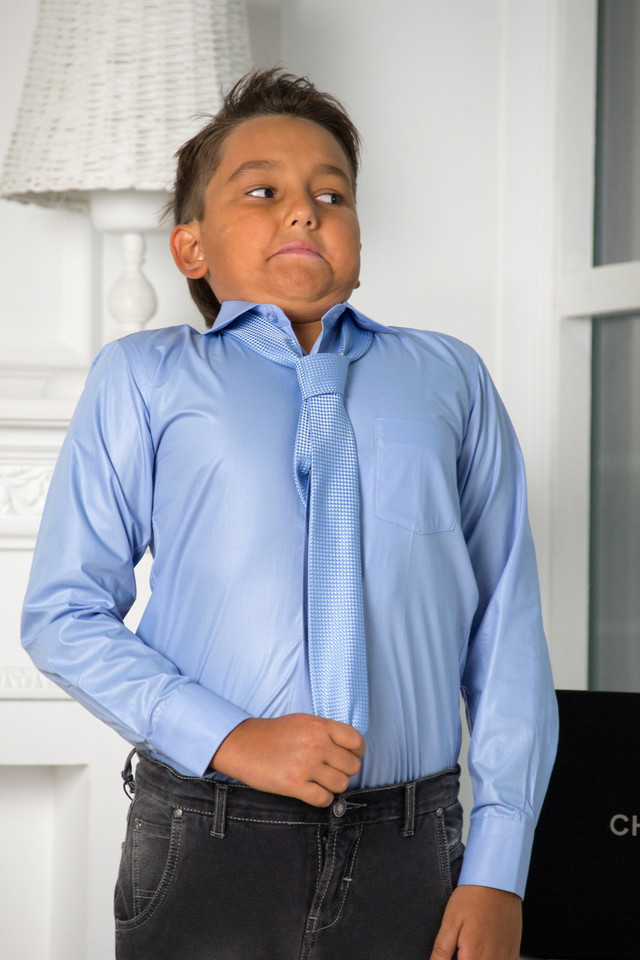 d69ada6c5 Классическая однотонная рубашка, представлена не только в классических  школьных цветах: белый, серый, голубой, но и в ярких, таких как розовый и  фиолетовый.