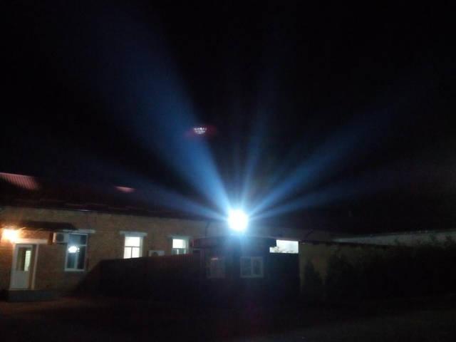 Свет наших фонарей манит посетителей с фотоапаратами