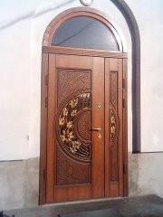 Двері в особняк з аркою