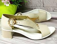 Бежевые кожаные босоножки на каблуке