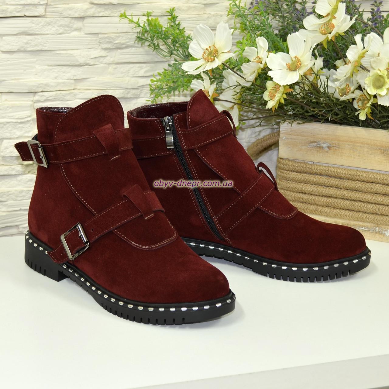 Ботинки замшевые демисезонные на низком ходу, декорированы ремешками. Цвет бордо