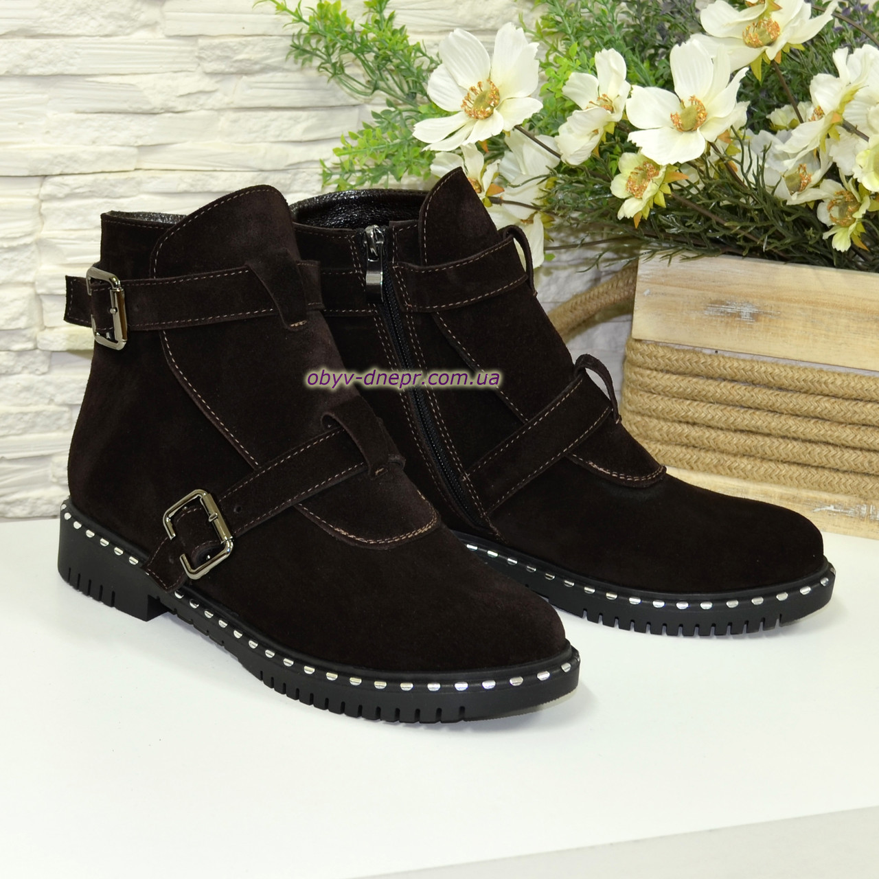 Черевики замшеві чоботи на низькому ходу, декоровані ремінцями. Колір коричневий