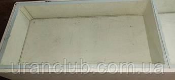 Стол витрина из ДСП ,каркас металлический уголок ,сверху стекло