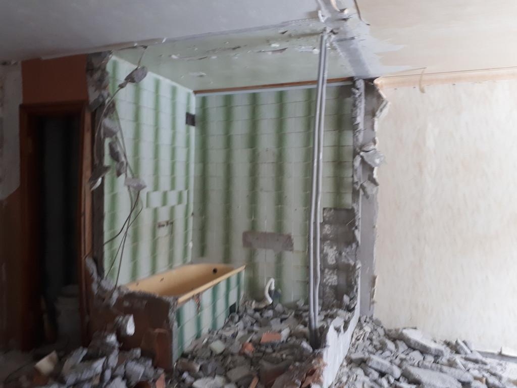 Все стены санузла - в кафельной плитке, что, вместе со стояком воды и канализацией, довольно ощутимо затормаживает процесс дезинтеграции железобетонного шедевра.