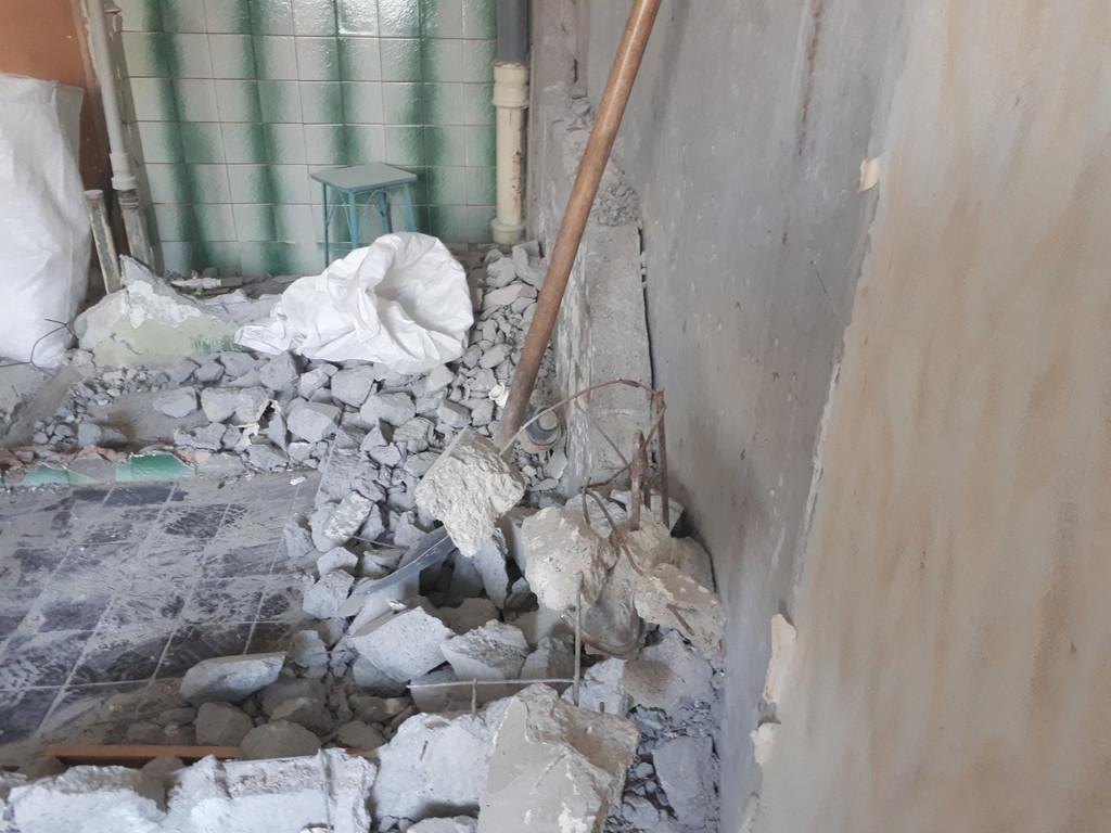 На этой фотографии очень хорошо видно толщину бетона задней стенки санузла - около 120 мм! Немного необычно, но бывает. Можно представить, сколько места освободится после окончания демонтажных работ.