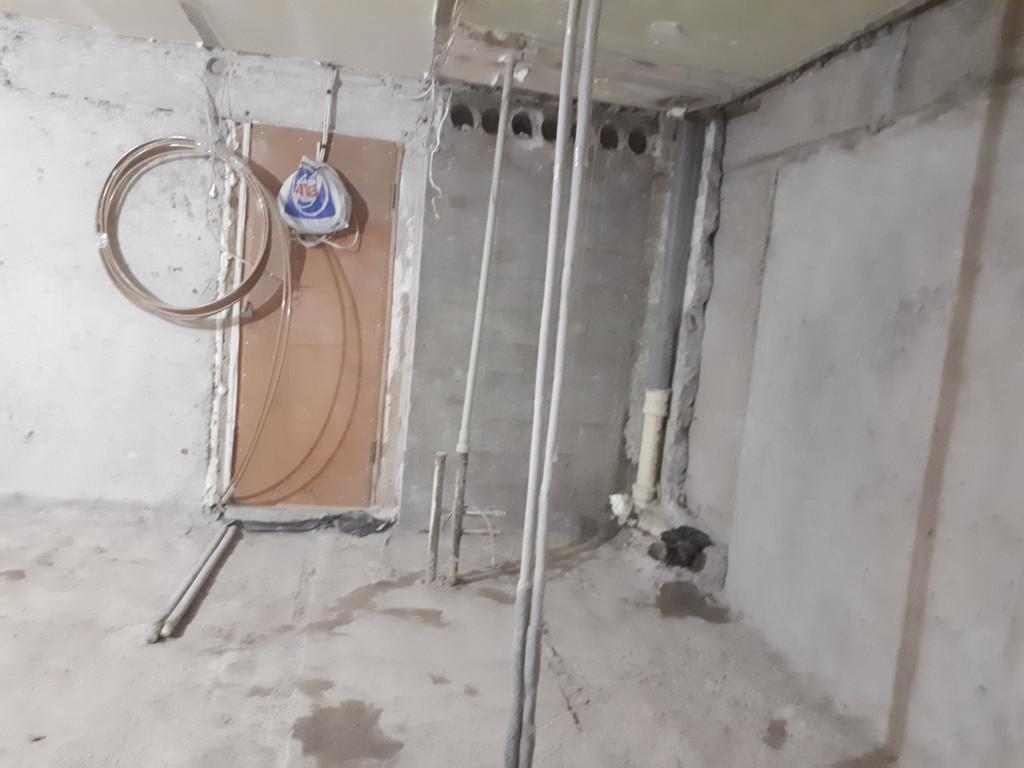От санитарно-технической кабины остались лишь воспоминания. Но стоит отметить, что убрать угол не получилось из-за наличия канализационного стояка. Потом, когда сантехники будут менять трубу, они без особых сложностей уберут остатки.