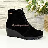 Женские демисезонные замшевые ботинки на танкетке, фото 3