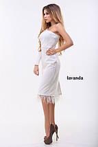 Светлое платье с одним рукавом и перьями по низу, фото 3