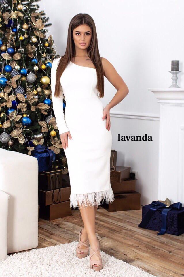 Светлое платье с одним рукавом и перьями по низу