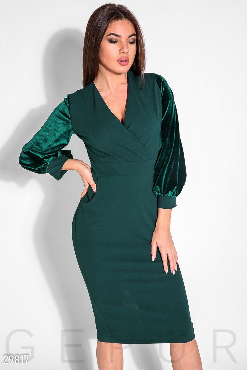 Изумрудное платье миди с бархатными рукавами