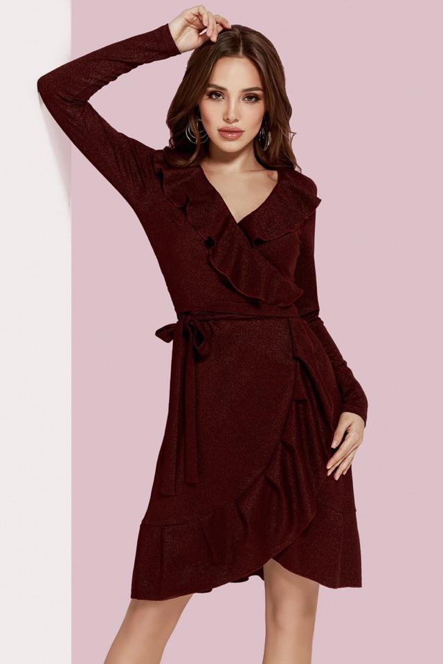 Бордовое платье на запах с рюшами
