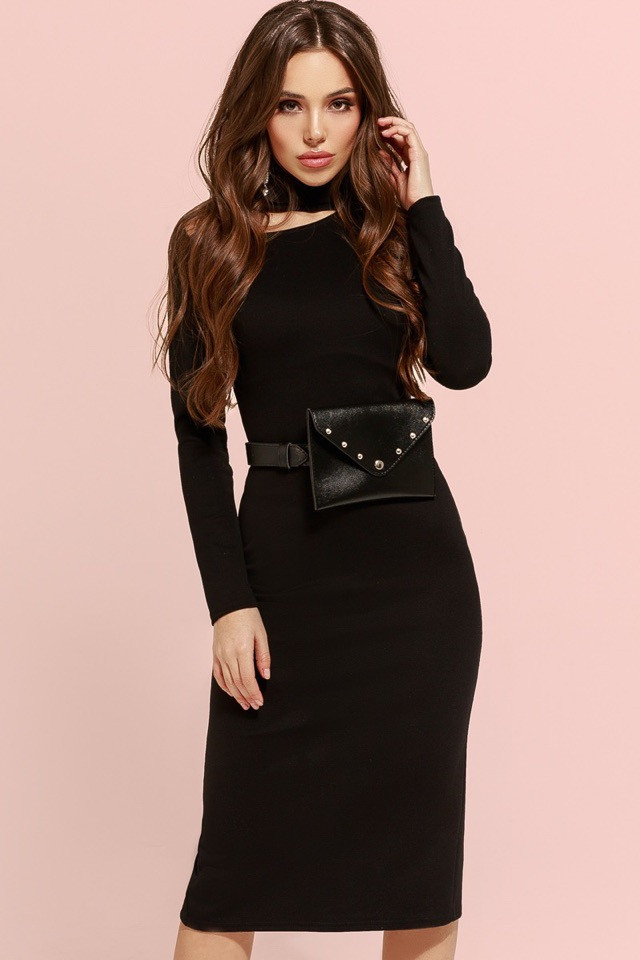 Черное платье с вырезом на ключице