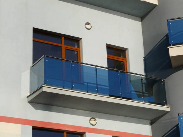 Балкон из безопасного стекла и метала.
