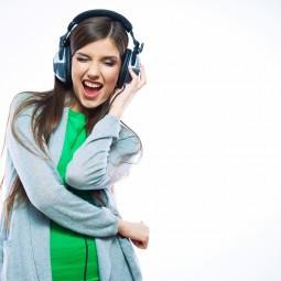 Вакуумні навушники, дівчина в навушниках