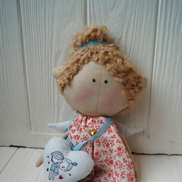 Маленький ангел Валентинка в красном платье