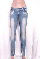 Светлые женские джинсы с потертостями и декором