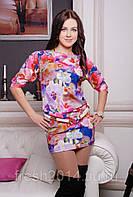 Женское платье с ярким цветочным принтом