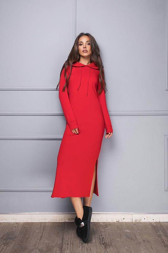 Красное длинное платье с капюшоном