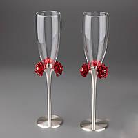 Свадебные бокалы на оригинальной серебристой ножке, декорированные алыми розочками