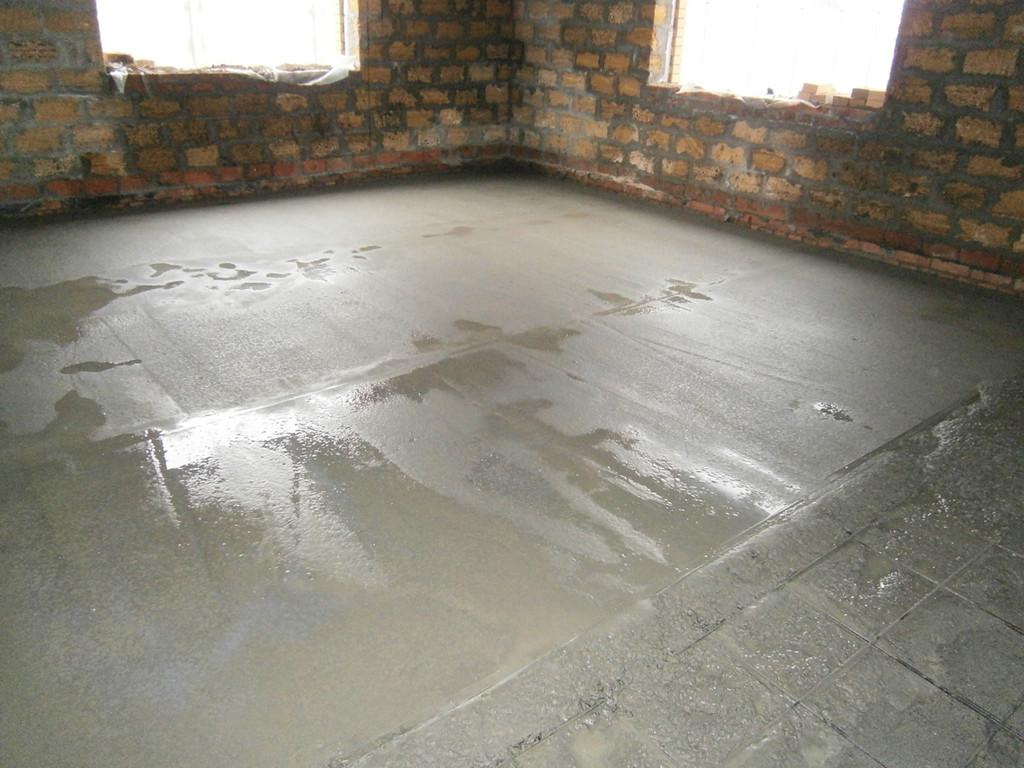 Последний этап - заливка бетона с миксера, бетон подавался вёдрами, очень оперативно... Приняты  два миксера по два часа на каждый. Все работы были выполнены за два дня. Бетонное основание под укладку пенополистирола и тёплые полы готово.