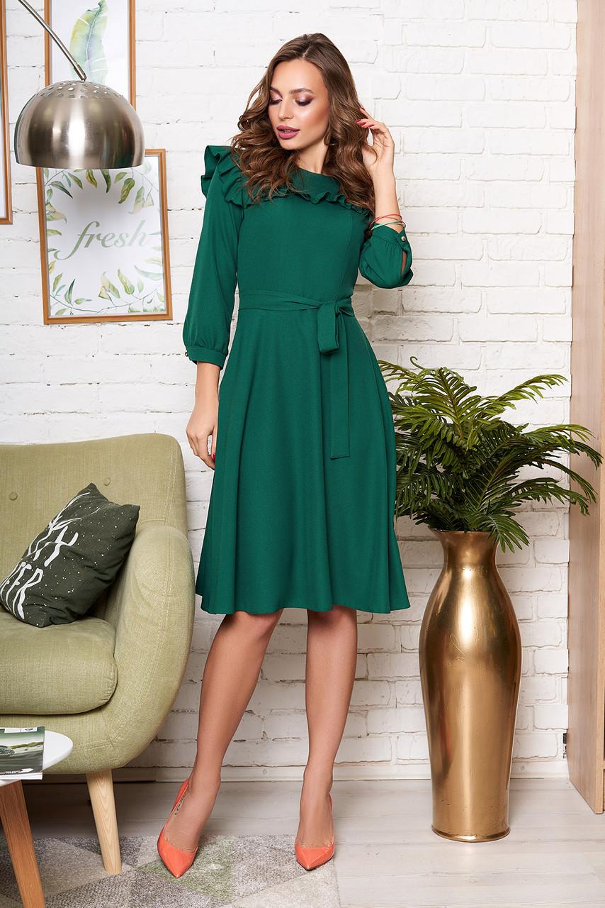 Красивое изумрудное платье миди с рюшами и поясом