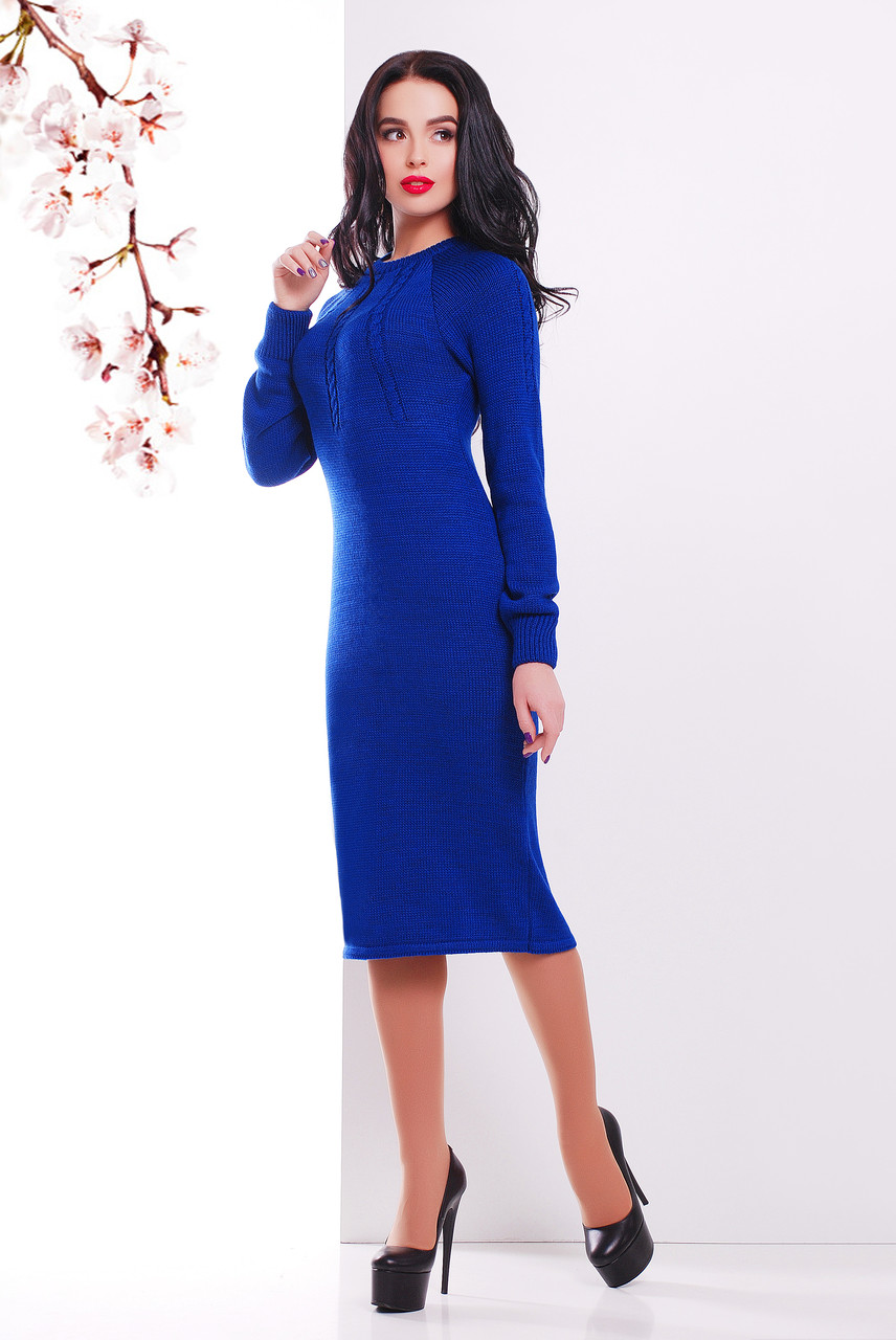 Женское вязаное платье ниже колен цвета электрик синее