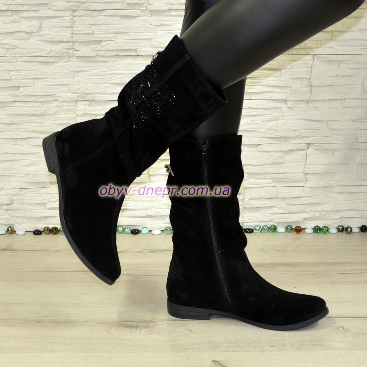 792b55c1 Женские зимние замшевые ботинки на низком ходу, декорированы накаткой  камней и цепочкой ...