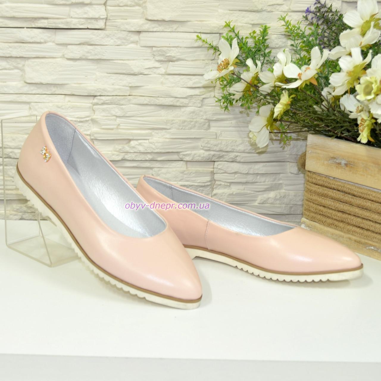 Женские кожаные туфли-балетки с заостренным носком. Цвет пудра
